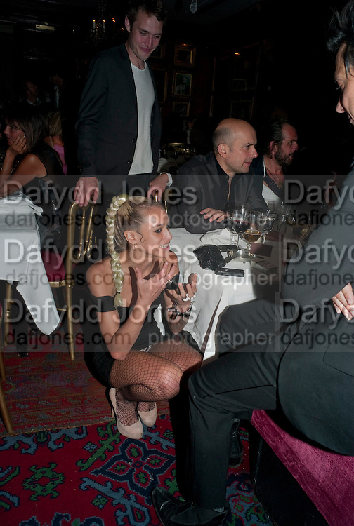 ALICE DELLAL; MARC QUINN; JAMIE HINCE, Dinner hosted by Elizabeth Saltzman for Mario Testino and Kate Moss. Mark's Club. London. 5 June 2010. -DO NOT ARCHIVE-© Copyright Photograph by Dafydd Jones. 248 Clapham Rd. London SW9 0PZ. Tel 0207 820 0771. www.dafjones.com.