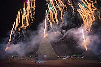 Nelle photo vediamo l' accensione della focara che avviene tramite fuochi d' artificio<br /> <br /> In the photo we see the 'power of Focara that occurs through fireworks' artifice