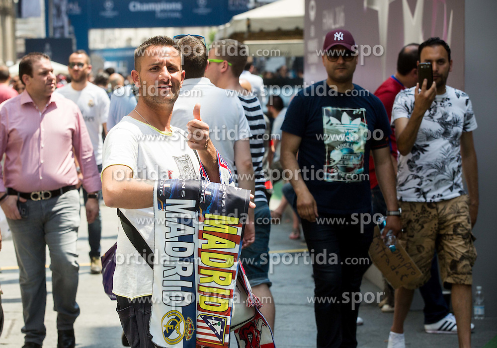 Seller in the city centre prior to the football match between Real Madrid (ESP) and Atlético Madrid (ESP) in Final of UEFA Champions League, on May 28, 2016 in Doumo, Milan, Italy. Photo by Vid Ponikvar / Sportida
