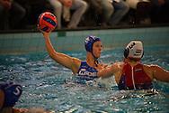 07-05-2014 : WATERPOLO : ZVL - GZC DONK : LEIDEN<br /> <br /> Marloes Nijhuis van GZC Donk wordt op de huid gezeten door Vivian Sevenich van ZVL<br /> Play-offs Eredivisie Dames - Seizoen 2013/2014<br /> <br /> Foto: Gertjan Kooij