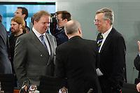 03 APR 2006, BERLIN/GERMANY:<br /> Prof. Dr. Utz Claassen (L), Vorstandsvorsitzender EnBW Energie Baden-Wuerttemberg, Gerhard Widder (M - Ruecken), Oberbuergermeister d. Stadt Mannheim und Vorsitzender des Aufsichtsrates der MMV Energie AG, und Dr. Klaus Rauscher (L), Vorstandsvorsitzender Vattenfall Europe AG, im Gespraech, vor Beginn des Energiepolitischen Spitzengespraechs, Internationaler Konferenzsaal, Bundeskanzleramt<br /> IMAGE: 20060403-03-008<br /> KEYWORDS: Spitzengespräch, Energiegipfel