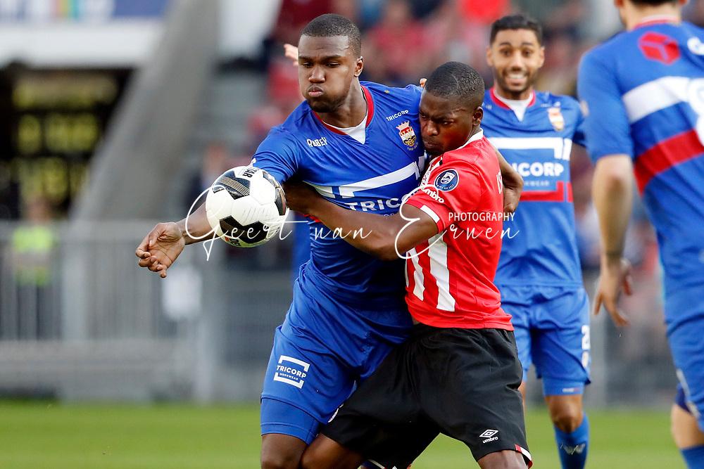09-04-2017 VOETBAL:PSV-WILLEM II:EINDHOVEN<br /> Nicolas Isimat-Mirin van PSV in duel met Obbi Oulare van Willem II <br /> <br /> Foto: Geert van Erven