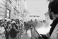Genova, venerdì 20 luglio 2001. Giornata delle piazze tematiche. Corteo della disobbedienza civile. Via Invrea, manifestanti in fuga dalle cariche e dai lacrimogeni.