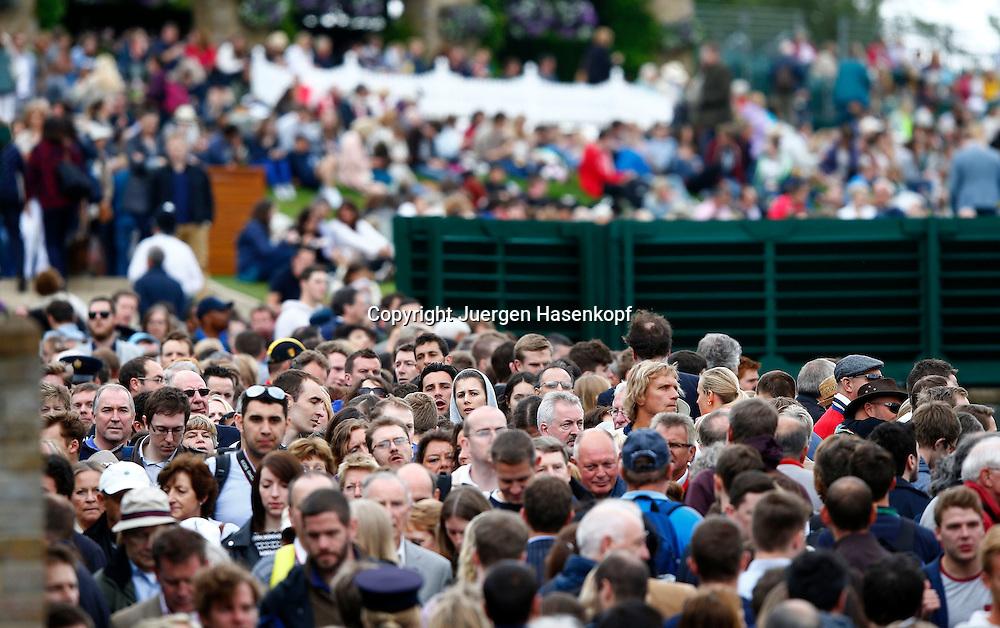 Wimbledon Championships 2013, AELTC,London,<br /> ITF Grand Slam Tennis Tournament,Menschen stroemen auf die Anlage, dicht gedraengt,Massenandrang,Zuschauer,Querformat,Feature,