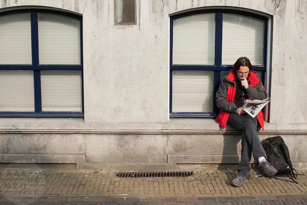 Een man leest de krant in Utrecht.<br /> <br /> A man is reading the newspaper.