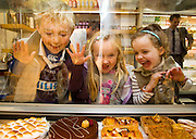 Repro Free: 10/11/2012 .Sweets for My Sweets! .Hubie (6), and sister Naoise McMcarthy (Blackrock) with Isabel Merriman (booterstown/SanFrancisco) checking out the sweet treats at The Butler's Pantry..100% Irish owned and run, award winning purveyors of hand-made food, the Butler's Pantry celebrated their 25th Birthday this weekend. Pic Andres Poveda..For further information please contact : Ann-Marie Sheehan, Aspire PR, Telephone 087 298 5569 or email annmarie@aspire-pr.com