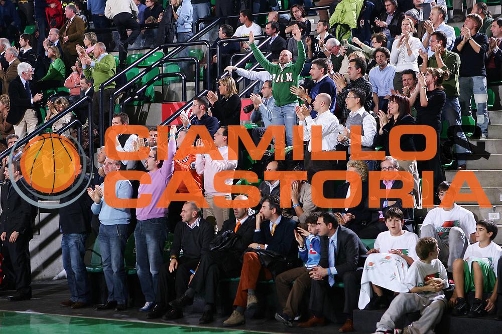 DESCRIZIONE : Treviso Eurolega 2005-06 Benetton Treviso  Climamio Fortitudo Bologna <br /> GIOCATORE : Tifosi <br /> SQUADRA : Benetton Treviso <br /> EVENTO : Eurolega 2005-2006 <br /> GARA : Benetton Treviso Climamio Fortitudo Bologna <br /> DATA : 17/11/2005 <br /> CATEGORIA : Esultanza <br /> SPORT : Pallacanestro <br /> AUTORE : Agenzia Ciamillo-Castoria/S.Silvestri