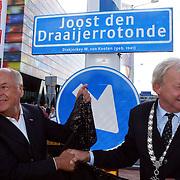 NLD/Hilversum/20070817 - Straten rond het Mediapark Hilversum vernoemd, Willem van Kooten onthult zijn rotonde
