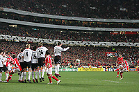 Photo: Lee Earle.<br /> Benfica v Liverpool. UEFA Champions League. 2nd Round, 1st Leg. 21/02/2006. Benfica's Simao (R) attempts a free kick.