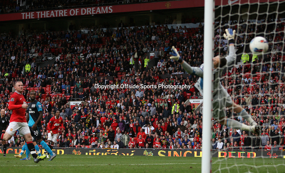 28/08/2011 - Barclays Premier League - Manchester United vs. Arsenal - Ashley Young of Man Utd scores their 8th goal as Arsenal goalkeeper Wojciech Szczesny dives but to no avail - Photo: Simon Stacpoole / Offside.