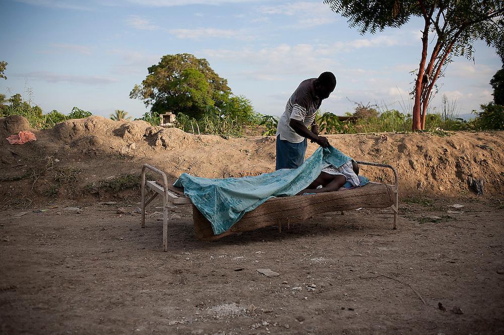 Durante la segunda quincena del mes de Octubre de 2010 comenzaron a aparecer casos de C&oacute;lera en la regi&oacute;n de Artibonite, en Hait&iacute;. Desde entonces la epidemia ha dejado m&aacute;s de 4.500 muertos y cerca de 250.000 afectados.<br /> <br /> A man looks at his brother, dead from cholera, next to the entrance of the Marchand-Desalines hospital, in the riverside of the the Artibonite river.<br /> <br /> Andr&eacute;s Mart&iacute;nez Casares/EFE