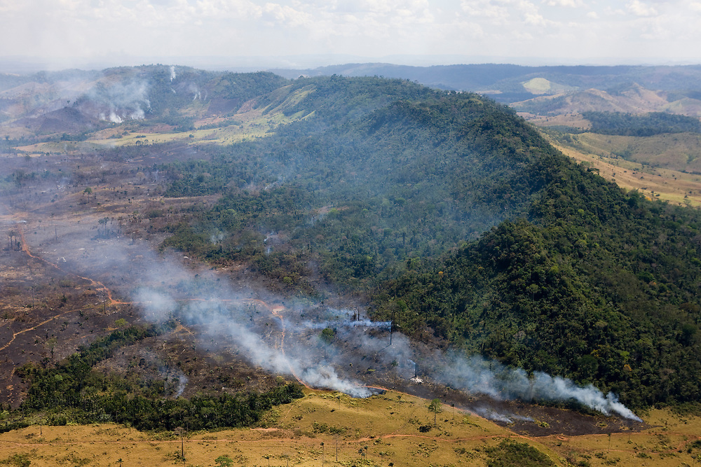 Fires clear cattle ranch land near Sao Felix Do Xingu in Para State, Brazil, August 12, 2008..Daniel Beltra/Greenpeace