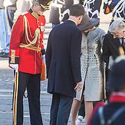 NLD/Amsterdam/20161128 - Belgisch Koningspaar start staatsbezoek aan Nederland, Koning Mathilde verliest haar schoen
