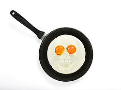 THEMENBILD - Gefahr durch Cholesterin, Dioxin, Spiegeleier in Pfanne als Totenkopf Gesicht mit Augen // Risk of cholesterol, dioxin, fried eggs in frying pan as a skull face with eyes. EXPA Pictures © 2015, PhotoCredit: EXPA/ Eibner-Pressefoto/ Weber<br /> <br /> *****ATTENTION - OUT of GER*****