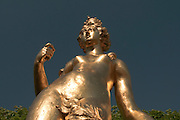 goldene Statue, Barockgarten Schloss Schwetzingen, Baden-Württemberg, Deutschland.| .formal gardens of Schwetzingen Palace, Baden-Wurttemberg, Germany.