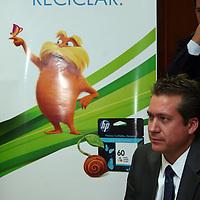 Toluca, Mexico.- Lauren Provost, Vicepresidente y Director General del grupo de imagen de impresión de HP Mexico entrego un reconocimiento por la colaboración permanente de la Secretaria de Desarrollo Economico en el programa de recoleccion de suministros de impresion. Agencia MVT / Jose Hernandez.  (DIGITAL)