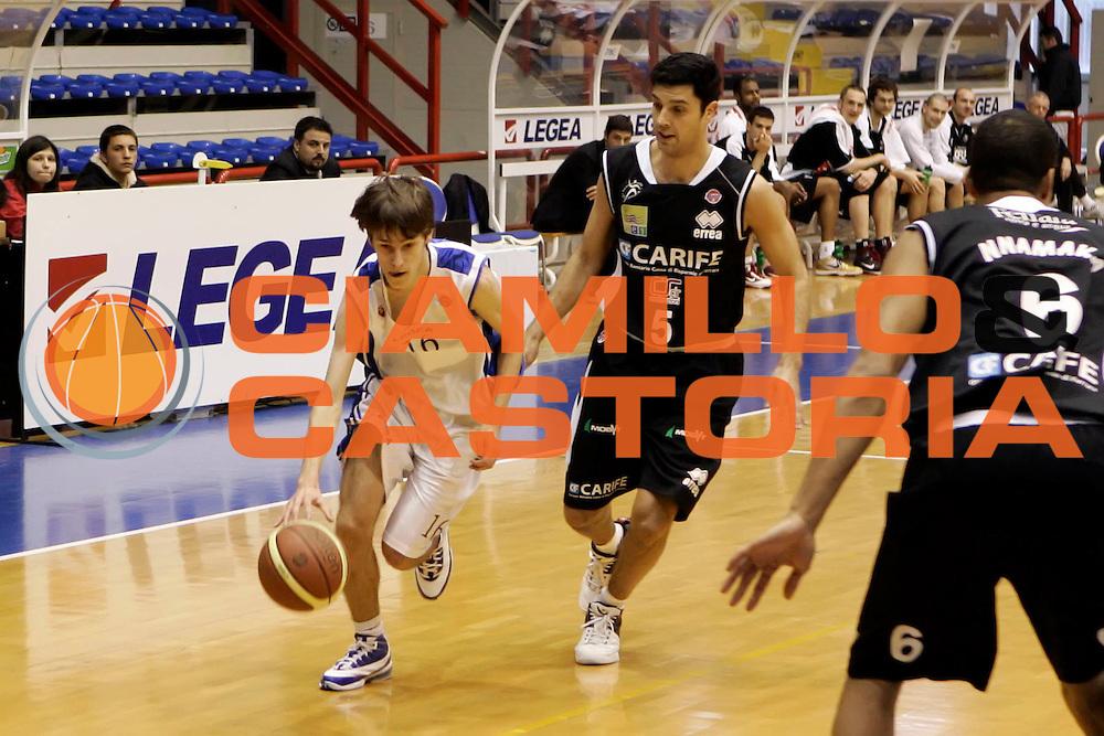 DESCRIZIONE : Napoli Lega A 2009-10 Nuova AMG Sebastiani Napoli Carife Ferrara<br /> GIOCATORE : Gioele Trovatelli<br /> SQUADRA : Nuova AMG Sebastiani Napoli<br /> EVENTO : Campionato Lega A 2009-2010 <br /> GARA : Nuova AMG Sebastiani Napoli Carife Ferrara<br /> DATA : 21/03/2010<br /> CATEGORIA : palleggio<br /> SPORT : Pallacanestro <br /> AUTORE : Agenzia Ciamillo-Castoria/A.De Lise<br /> Galleria : Lega Basket A 2009-2010 <br /> Fotonotizia : Napoli Campionato Italiano Lega A 2009-2010 Nuova AMG Sebastiani Napoli Carife Ferrara<br /> Predefinita :