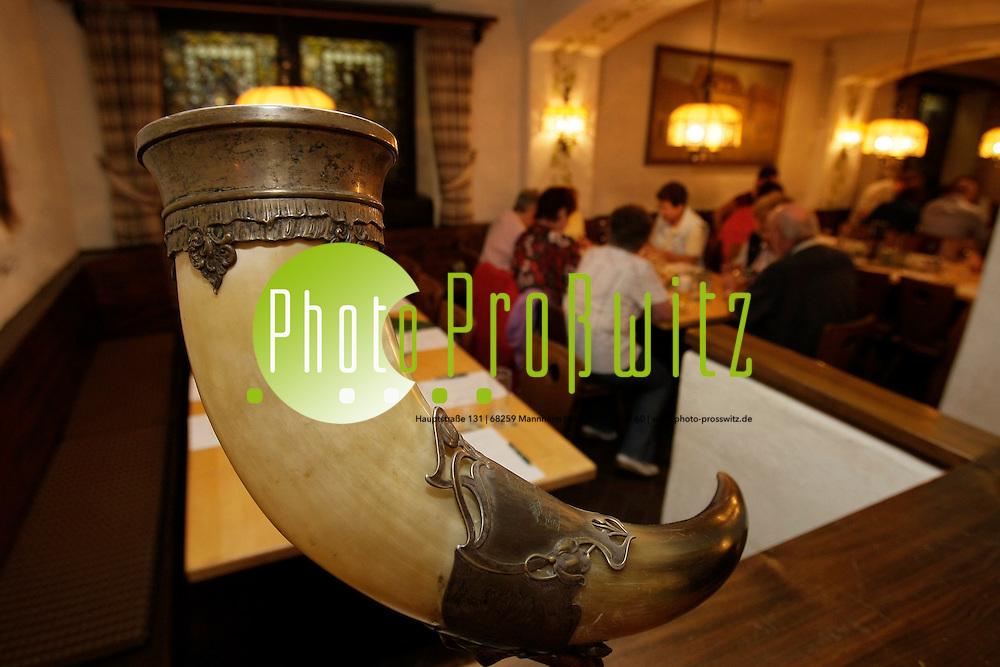 Mannheim. Mannheimer Morgen Leser Tour. Eichbaum Brauerei. Leserreise<br /> <br /> <br /> Bild: Markus Proflwitz / masterpress /  <br /> <br />  *** Local Caption *** masterpress Mannheim - Pressefotoagentur<br /> Markus Proflwitz<br /> C8, 12-13<br /> 68159 MANNHEIM<br /> +49 621 33 93 93 60<br /> info@masterpress.org<br /> Dresdner Bank<br /> BLZ 67080050 / KTO 0650687000<br /> DE221362249