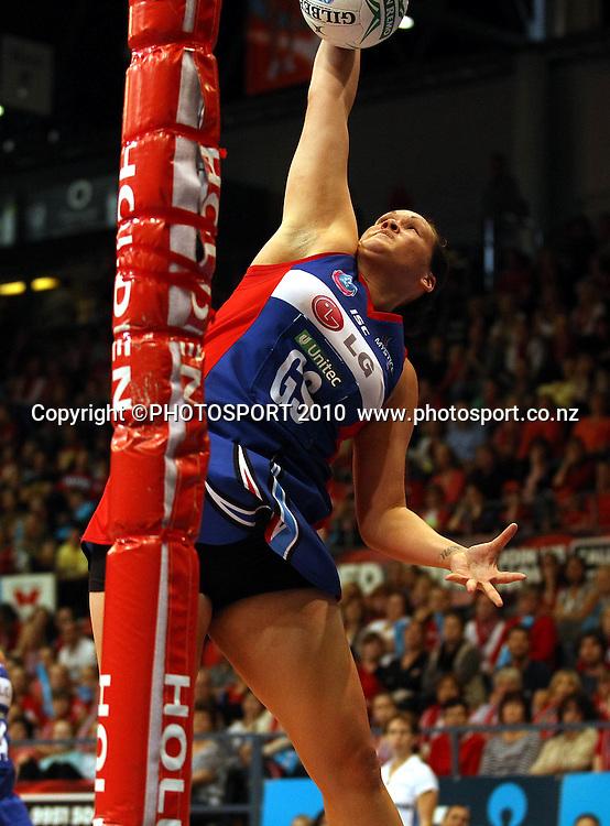 Catherine Latu catching<br />ANZ Semi Final - NSW Swifts v Northern Mystics, 8 May 2011. Photo: Paul Seiser/PHOTOSPORT