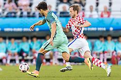 25.06.2016, Stade Bollaert Delelis, Lens, FRA, UEFA Euro 2016, Kroatien vs Portugal, Achtelfinale, im Bild Andre Gomes (POR), Ivan Rakitic (CRO) // Andre Gomes (POR), Ivan Rakitic (CRO) during round of 16 match between Croatia and Portugal of the UEFA EURO 2016 France at the Stade Bollaert Delelis in Lens, France on 2016/06/25. EXPA Pictures © 2016, PhotoCredit: EXPA/ JFK