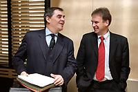 12 DEC 2003, BERLIN/GERMANY:<br /> Peter Mueller (L), CDU, Ministerpraesident Saarland, und Dieter Althaus (R), CDU, Ministerpraesident Thueringen, im Gespraech, vor Beginn der Sitzung des Vermittlungsausschusses, Bundesrat<br /> IMAGE: 20031212-01-022<br /> KEYWORDS: Gespräch, Peter Müller