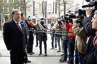 03 APR 2006, BERLIN/GERMANY:<br /> Kurt Beck, SPD, Ministerpraesident Rheinland-Pfalz, gibt wartenden Journalisten ein Statement, vor Beginn einer Sitzung des SPD Paersidiums, Willy-Brandt-Haus<br /> IMAGE: 20060403-01-001<br /> KEYWORDS: Präsidium, Journalist, Mikrofon, microphone, Kamera, Camera