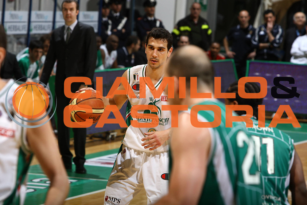 DESCRIZIONE : Siena Lega A 2009-10 Montepaschi Siena Air Avellino<br /> GIOCATORE : Nikos Zisis<br /> SQUADRA : Montepaschi Siena<br /> EVENTO : Campionato Lega A 2009-2010 <br /> GARA : Montepaschi Siena Air Avellino<br /> DATA : 27/03/2010<br /> CATEGORIA : palleggio<br /> SPORT : Pallacanestro <br /> AUTORE : Agenzia Ciamillo-Castoria/ElioCastoria<br /> Galleria : Lega Basket A 2009-2010 <br /> Fotonotizia : Siena Campionato Italiano Lega A 2009-2010 Montepaschi Siena Air Avellino<br /> Predefinita :