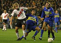 Fotball<br /> Libertadores Cup 2004<br /> Semifinale<br /> Boca Juniors v River Plate 1-0<br /> 10. juni 2004<br /> Buenos Aires - Argentina<br /> Foto: Digitalsport<br /> NORWAY ONLY<br /> MAXIMILIANO LOPEZ (RIVER), JAVIER VILLAREAL, ROLANDO SCHIAVI (BOCA)