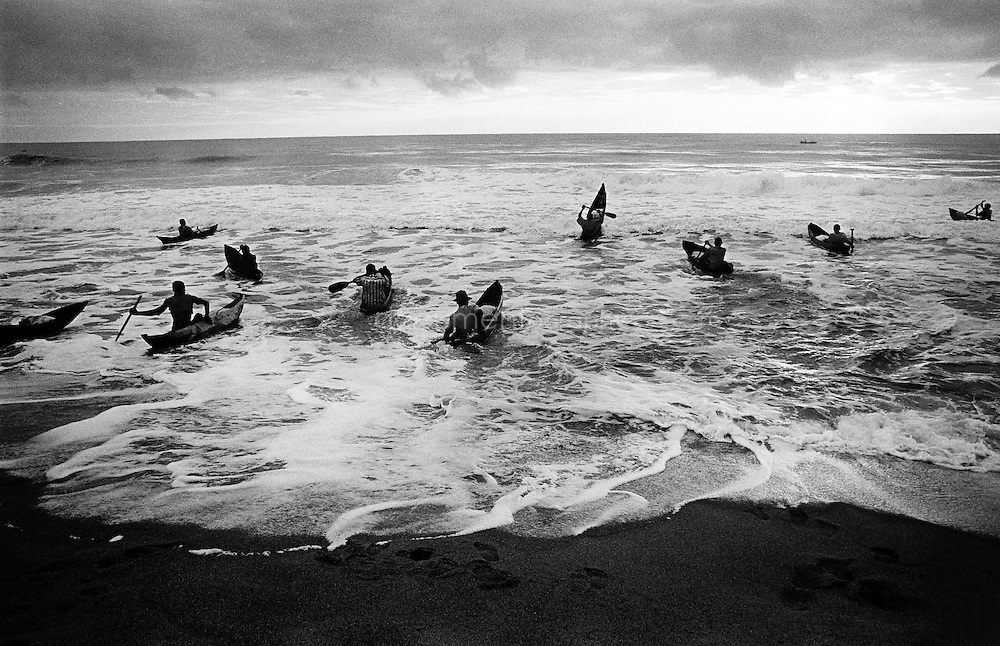 The fishers go out at 5 o'clock in the morning on the Indian Ocean, trying to pass the shore break. The sea has bigger and more fish, but if they don't manage to pass the shore, they will fish in the canal. This day only a few fishers managed to pass it; some kept trying for several hours. The weather was particularly difficult that morning.