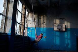 Ukraina<br /> Violetta 12, bor i byn Nikishino i republiken Donetsk. Hennes hus, by och skola har blivit sönderbombade av granater. Hon brukar ibland gå och leka i den sönderbombade skolan som nu är tom.<br /> Photo: Niclas Hammarström