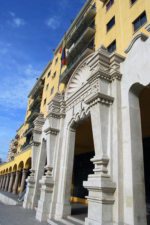 URBANIZACION EL SILENCIO<br /> Caracas - Venezuela 2008<br /> Photography by Aaron Sosa<br /> <br /> La Reurbanizaci&oacute;n El Silencio o simplemente El Silencio es una urbanizaci&oacute;n de Caracas, Venezuela que se encuentra dentro del Casco Central de esa ciudad en la Parroquia Catedral del Municipio Libertador.<br /> Apenas fundada Caracas en 1567 se le denomin&oacute; El Tartagal al &aacute;rea que hoy ocupa El Silencio, para ese momento se trataba de un campo al oeste de las 25 manzanas originales de la ciudad, Garc&iacute; Gonz&aacute;lez de Silva compr&oacute; esos terrenos pocos a&ntilde;os despu&eacute;s de la fundaci&oacute;n de Caracas. El nombre El Silencio se cree presume que se origin&oacute; luego de una epidemia que caus&oacute; la muerte a todos los habitantes de esa zona.