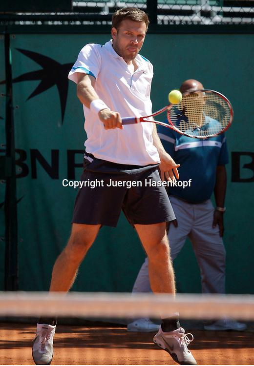 French Open 2009, Roland Garros, Paris, Frankreich,Sport, Tennis, ITF Grand Slam Tournament,  Doppel Herren, Michael Kohlmann/ Alexander Waske (GER),Waske spielt eine Rueckhand,backhand,action,Ball,<br /> <br /> Foto: Juergen Hasenkopf