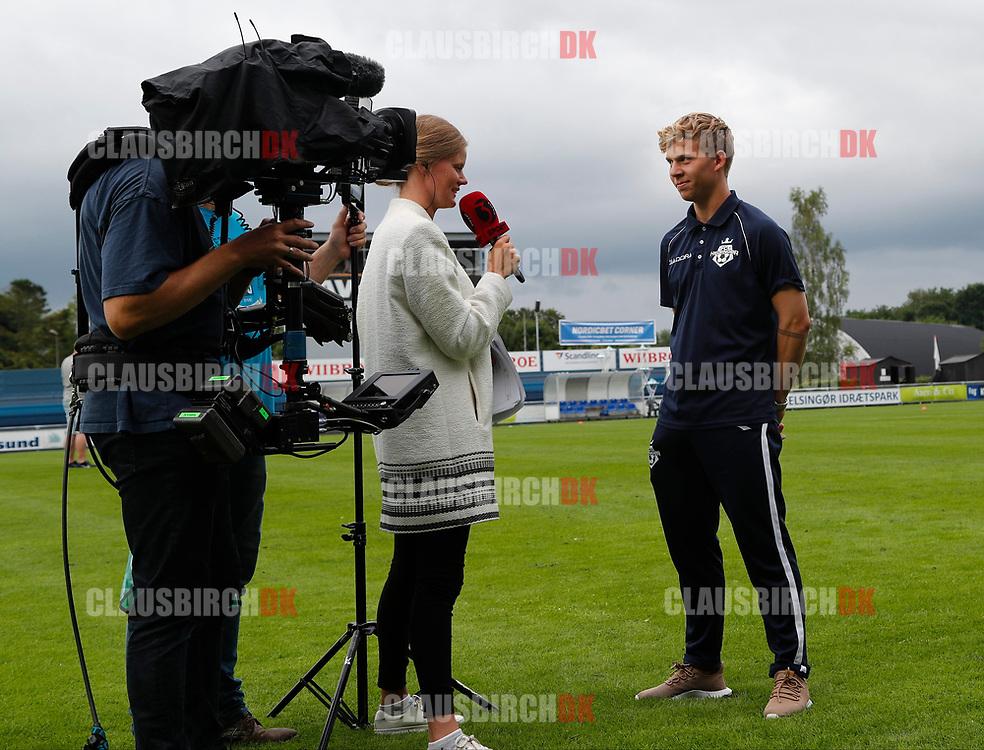 FODBOLD: Tobias Christensen (FC Helsingør) interviewes til TV3 Sport inden kampen i ALKA Superligaen mellem FC Helsingør og OB den 24. juli 2017 på Helsingør Stadion. Foto: Claus Birch