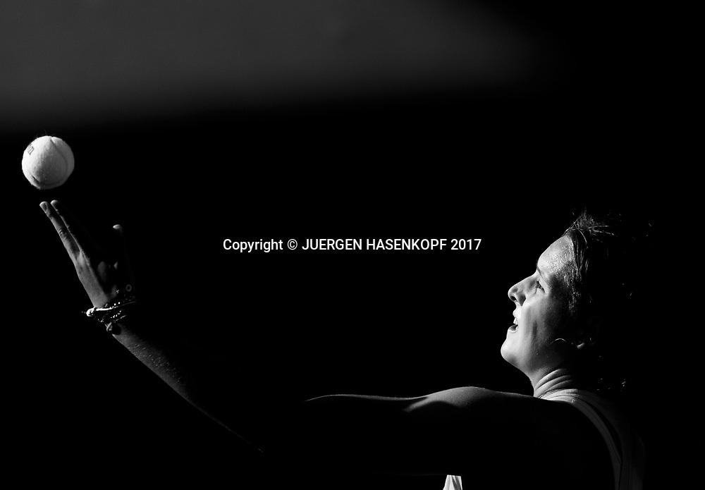 JULE NIEMEIER (GER), Ballwurf, Nahaufnahme,Schwarzweiss,Monochrome, Junioren Wettbewerb<br /> <br /> Australian Open 2017 -  Melbourne  Park - Melbourne - Victoria - Australia  - 21/01/2017.