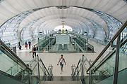 Flyplassen i Bangkok er en av verdens største, med kapasitet på 100 millioner passasjerer årlig. Flytrafikk er sterkt økende verden over. Kommersiell flytrafikk sto for syv prosent av CO₂-utslippene i 2006 og er ventet å nå femten prosent innen 2050. I 2014 truet miljøorganisasjonene CBD og Friends of the Earth med å saksøke det amerikanske miljøverndepartementet, EPA,  dersom de ikke kom med utslippskrav til flybransjen . Det har satt fart på EPA, og i juni kom de med forslag til nye reguleringer . EU forsøkte å innføre utslippskrav og såkalt «cap and trade» for flybransjen i 2008, men feilet. EPA sitt forslag til utslippskrav kommer ventelig til å bli adoptert også av EU. Veien dit er lang og bratt. Nye regler kommer neppe til å gjelde før 2018, og i mellomtiden har USA fått en ny president. I mellomtiden jobber flyprodusentene selv med å minske skadevirkningene fra bransjen. Boeing har som mål å bruke minst en prosent biobrennstoff innen 2016 . Tallet er lite, men et skritt i riktig retning. Airbus jobber i samme retning  og samarbeider med blant annet Virgin for å finne måter å produsere biobrennstoff lokalt rundt omkring på kloden.