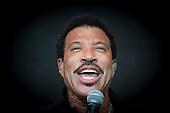 Lionel Richie Performs