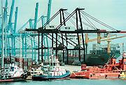 Spanje Algeciras 18-5-2001..Container schip wordt geladen in de grootste haven van Spanje. Economie, handel, Kontainer...Foto: Flip Franssen