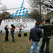 Torino 2006,  Piazza Carlo Felice fotografie ricordo davanti al logo dei XX Giochi olimpici invernali