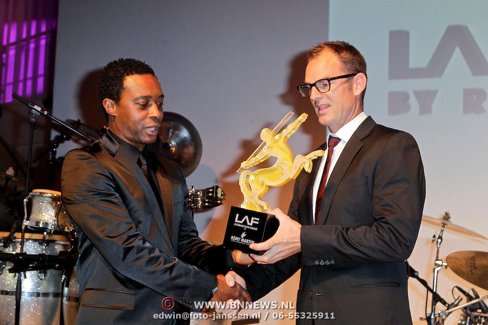 NLD/Amsterdam/20111109 - Life After Football Fair 2011, Regi Blinker overhandigd Archievement Award uit aan Ronald de Boer eiegenlijk bedoeld voor broer Frank