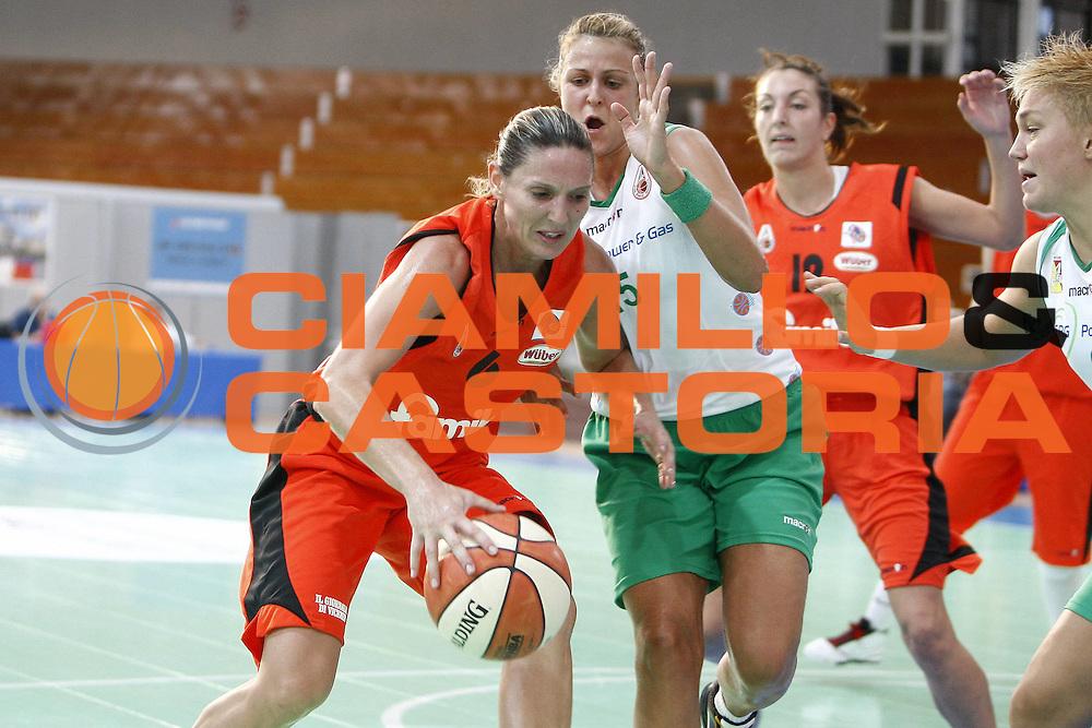 DESCRIZIONE : Napoli Palavesuvio LBF Opening Day Erg Power&amp;Gas Priolo Famila Schio<br /> GIOCATORE : Audrie Gillespie Sauret<br /> SQUADRA : Famila Schio<br /> EVENTO : Campionato Lega Basket Femminile A1 2009-2010<br /> GARA : Erg Power&amp;Gas Priolo Famila Schio<br /> DATA : 11/10/2009 <br /> CATEGORIA : palleggio<br /> SPORT : Pallacanestro <br /> AUTORE : Agenzia Ciamillo-Castoria/E.Castoria