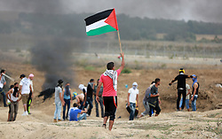 """23.10.2015, Buriej, PSE, Gewalt zwischen Palästinensern und Israelis, im Bild Zusammenstösse zwischen Palästinensischen Demonstranten und Israelischen Sicherheitskräfte // Palestinian protesters participate in clashes with Israeli security forces near the border between Israeli and central Gaza Stirp, on October 23, 2015. Palestinian factions called for mass rallies against Israel in the occupied West Bank and East Jerusalem in a """"day of rage"""" on Friday, as world and regional powers pressed on with talks to try to end more than three weeks of bloodshed, Palestine on 2015/10/23. EXPA Pictures © 2015, PhotoCredit: EXPA/ APAimages/ Yasser Qudih<br /> <br /> *****ATTENTION - for AUT, GER, SUI, ITA, POL, CRO, SRB only*****"""