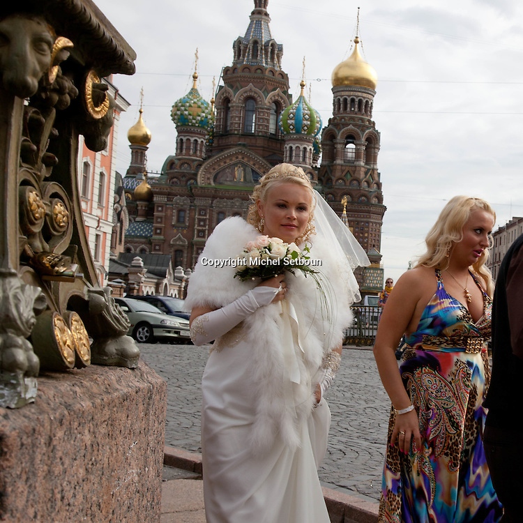 wedding pictures  in front of Our Saviour on the Split Blood cathedral  - Russia, Saint Petersburg, .///.photos de marriage  devant  l eglise du saint sauveur sur le sang verse, saint petersbourg, Russie