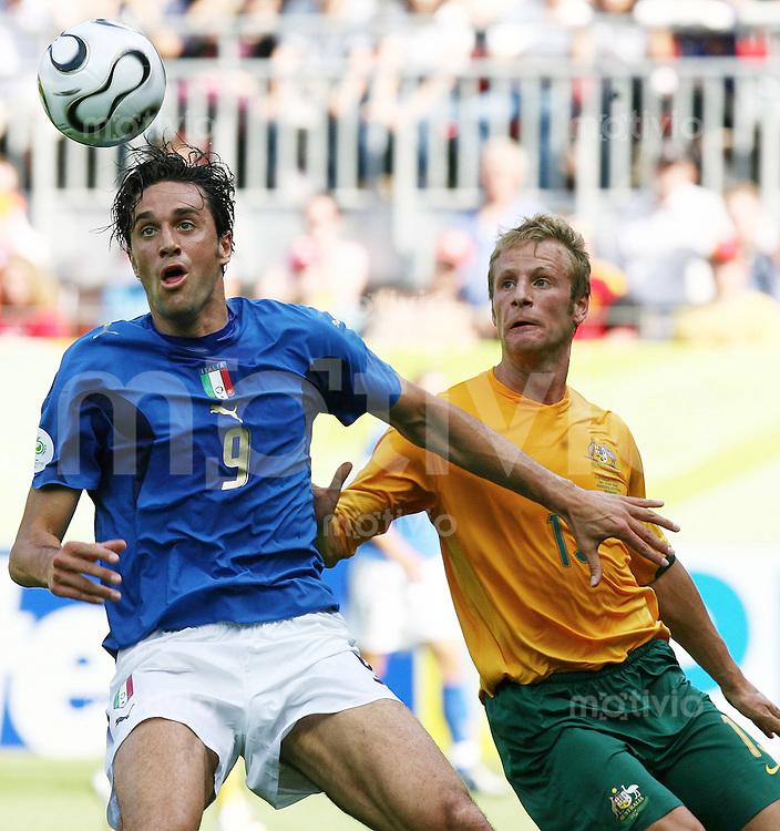 Fussball WM 2006  Achtelfinale  Italien - Australien Luca Toni (ITA), Vince Grella (AUS)