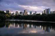 New York.. tourists rowing on the lake, skyline of central park  and the lake  New york -  / touristes en barque ramant sur le lac,