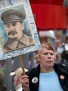 Frau mit Stalin Bild feiert den ehemaligen sowjetischen Politiker und Diktator Josef Stalin am Tag der großen Siegesparade im Zentrum der russischen Hauptstadt Moskau.  <br /> <br /> Woman with a Stalin image celebrates the former party leader and dictator of the Soviet Union during the day of the Victory Parade in the Russian capital Moscow.
