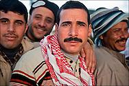 Arrivée de réfugiés Egyptiens dans le camp Choucha ou ils sont enregistrés et pris en charge. Plus de 140 000 réfugiés ont déjà quitté la Libye par la Tunisie ou l'Egypte et des milliers continuent d'arriver chaque jours. Jeudi 24 février 2011, camp Choucha, Tunisie..© Benjamin Girette/IP3 press