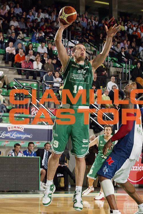 DESCRIZIONE : Treviso Lega A1 2005-06 Benetton Treviso Roseto Basket<br /> GIOCATORE : Popovic<br /> SQUADRA : Benetton Treviso <br /> EVENTO : Campionato Lega A1 2005-2006<br /> GARA : Benetton Treviso Roseto Basket<br /> DATA : 26/03/2006<br /> CATEGORIA : Tiro<br /> SPORT : Pallacanestro<br /> AUTORE : Agenzia Ciamillo-Castoria/E.Pozzo<br /> Galleria : Lega Basket A1 2005-2006<br /> Fotonotizia : Treviso Campionato Italiano Lega A1 2005-2006 Benetton Treviso Roseto Basket<br /> Predefinita :