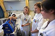 Nederland, Nijmegen, 15-12-2008Leerling verpleegkundigen van de HBO-V opleiding krijgen uitleg over een medisch apparaat van een senior verpleegkundige. Het umc-radboud heeft op 6-9-2010 gemeld het collegegeld van deze groep te gaan vergoeden als zij zich binden dmv een stage aan dit academisch ziekenhuis. ALLEEN GEBRUIKEN BIJ ARTIKELEN OVER DIT BERICHT/ONDERWERP UIT 2010.Foto: Flip Franssen/Hollandse Hoogte