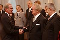 15 JAN 2003, BERLIN/GERMANY:<br /> Daniel R. Coats (L), Botschafter der vereinigten Staates von Amerika, USA, in Deutschland, Johannes Rau (M), Bundespraesident, und Joschka Fischer (R), B90/Gruene, Bundesuassenminister, waehrend dem Neujahrsempfang des Bundespraesidenten fuer das Diplomatische Korps im Schloss Bellevue<br /> IMAGE: 20030115-02-009<br /> KEYWORDS: Diplomaten, Handshake