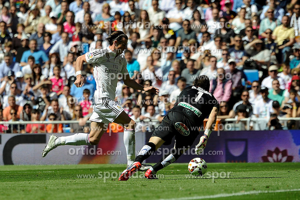 05.04.2015, Estadio Santiago Bernabeu, Madrid, ESP, Primera Division, Real Madrid vs FC Granada, 29. Runde, im Bild Real Madrid&acute;s Gareth Bale and Granada&acute;s goalkeeper Oier Olazabal // during the Spanish Primera Division 29th round match between Real Madrid CF and FC Granada at the Estadio Santiago Bernabeu in Madrid, Spain on 2015/04/05. EXPA Pictures &copy; 2015, PhotoCredit: EXPA/ Alterphotos/ Luis Fernandez<br /> <br /> *****ATTENTION - OUT of ESP, SUI*****
